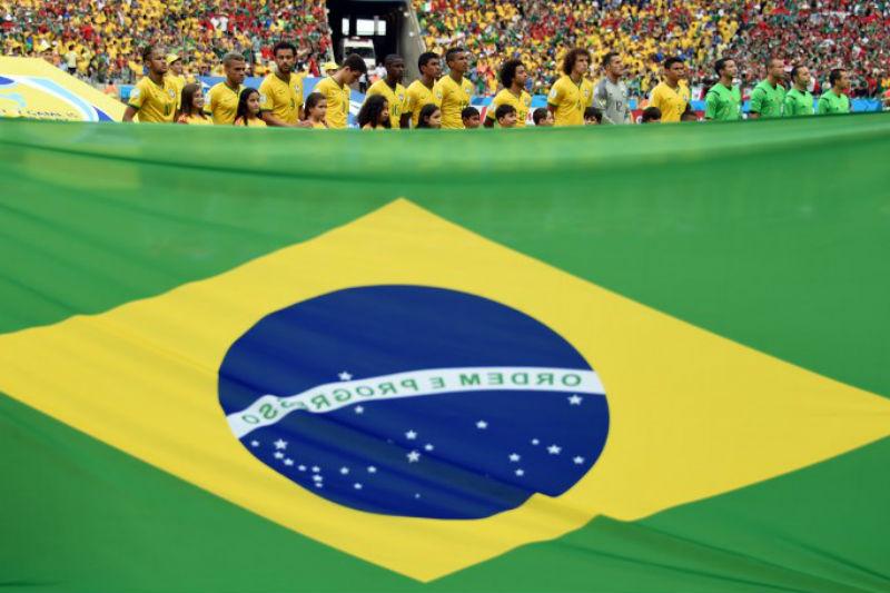 A seleção brasileira perfilada para o hino no jogo contra o México, em Fortaleza