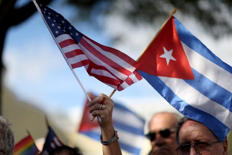 Bandeiras de Cuba e EUA na janela|Casa em Havana|Revolução Cubana