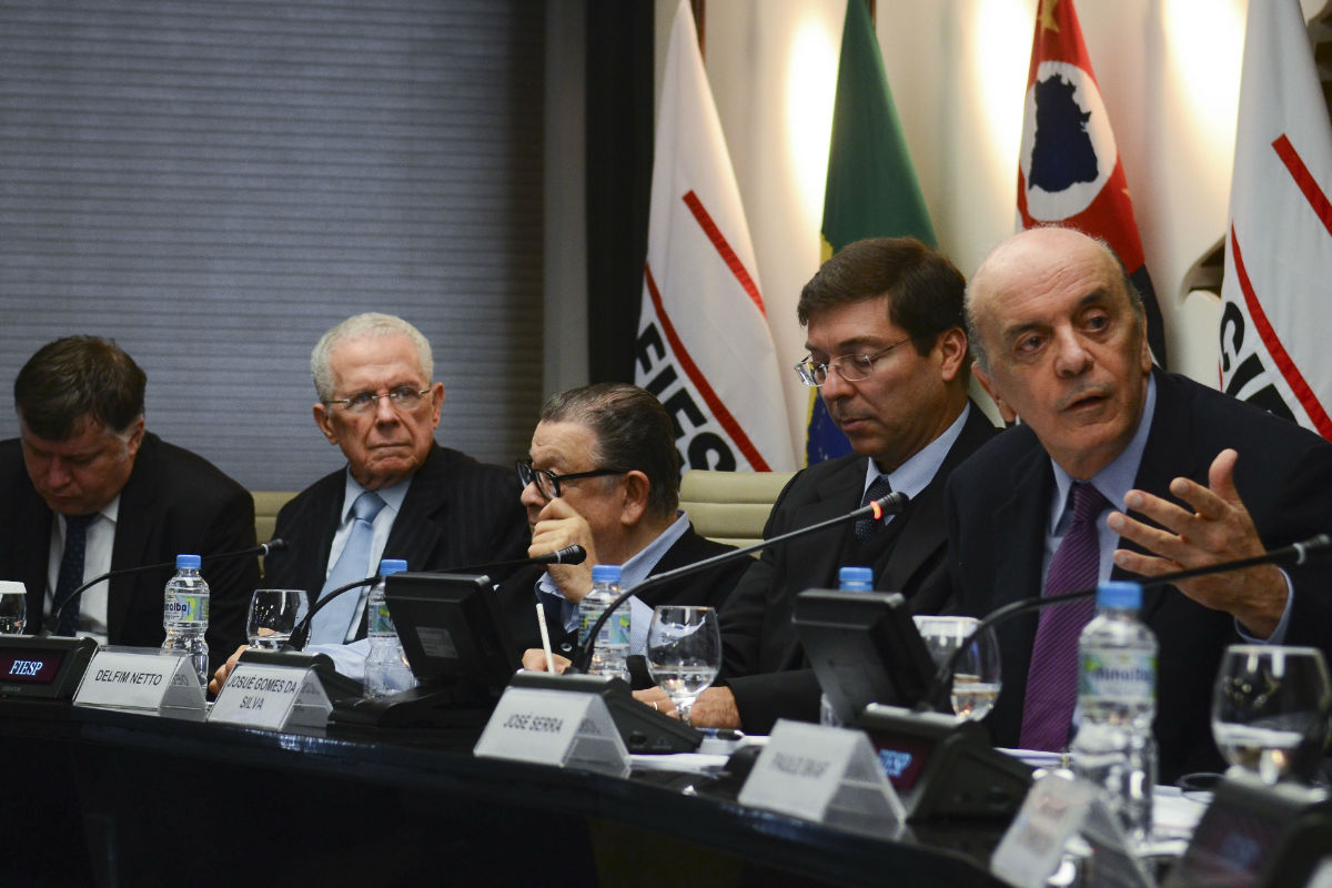 O ministro interino das Relações Exteriores, José Serra, apresenta para os empresários os planos do governo sobre o comércio exterior, na sede da Fiesp, em São Paulo
