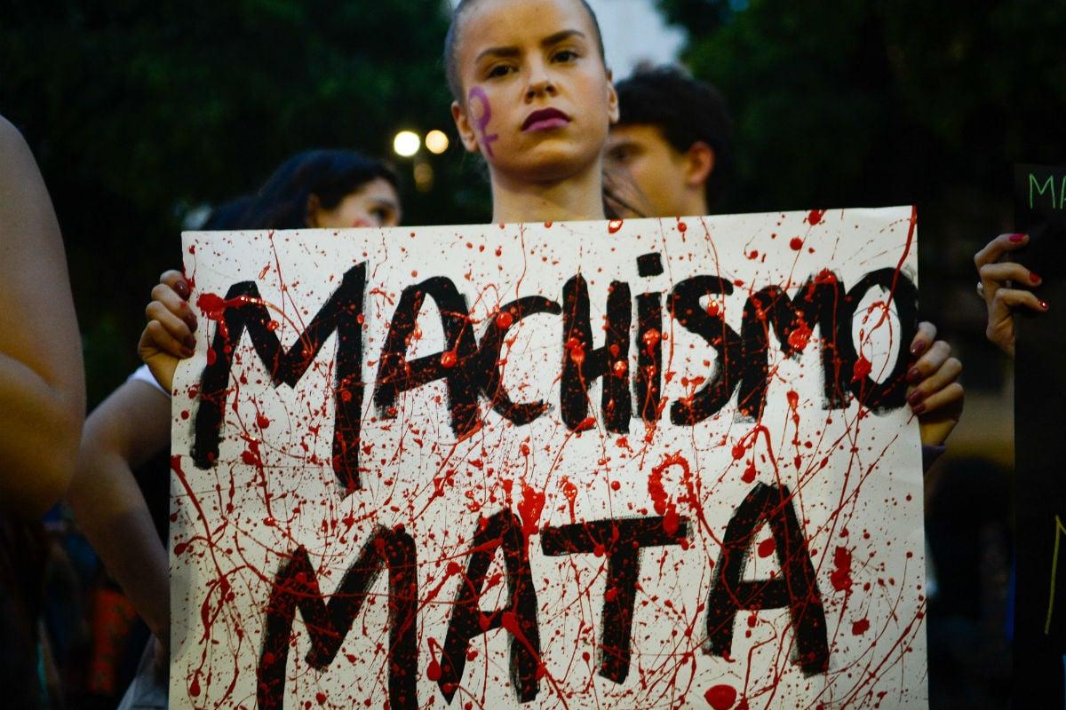 Manifestante carrega cartaz em passeata contra a cultura do estupro no Rio, em junho de 2016
