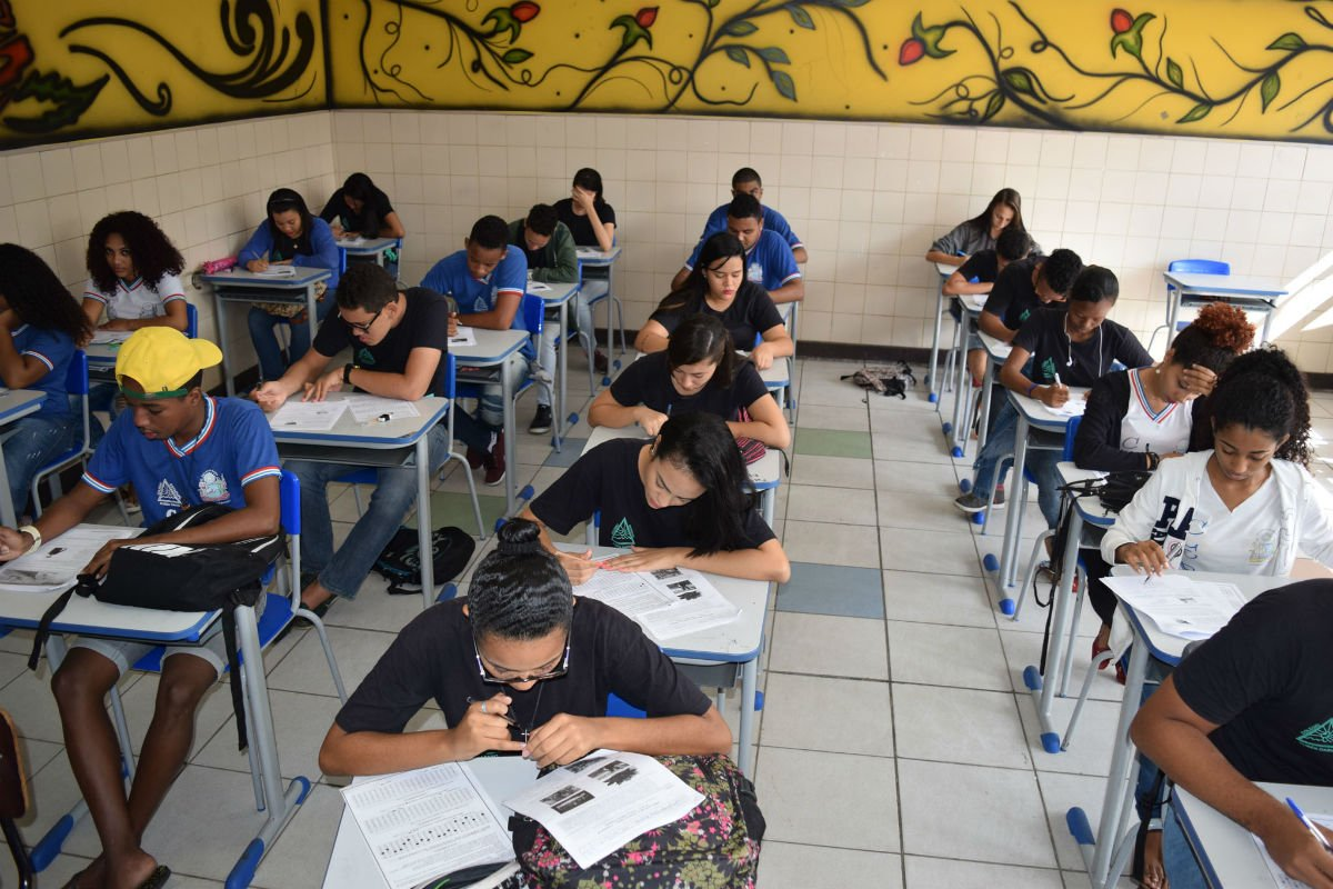 Em vez de combater o desemprego, Bolsonaro faz cruzada contra a Educação
