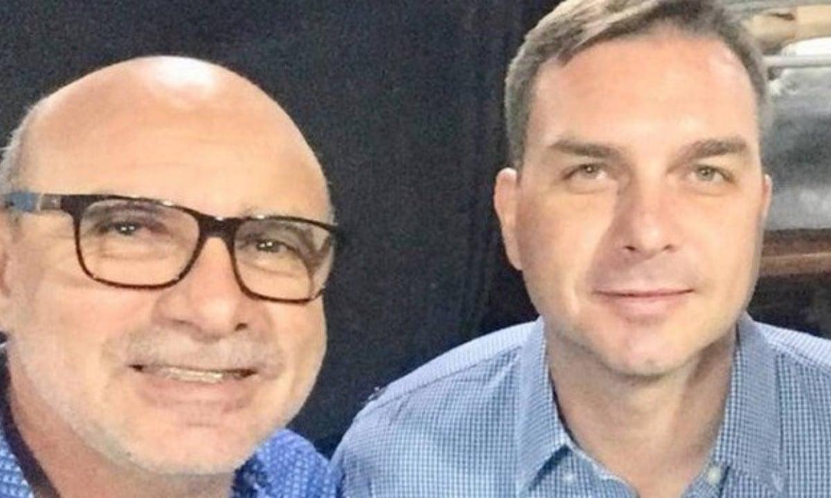 Flávio Bolsonaro e o ex-assessor, ex-amigo, ex-morista e ex-policial Fabrício Queiroz (Foto: Reprodução)