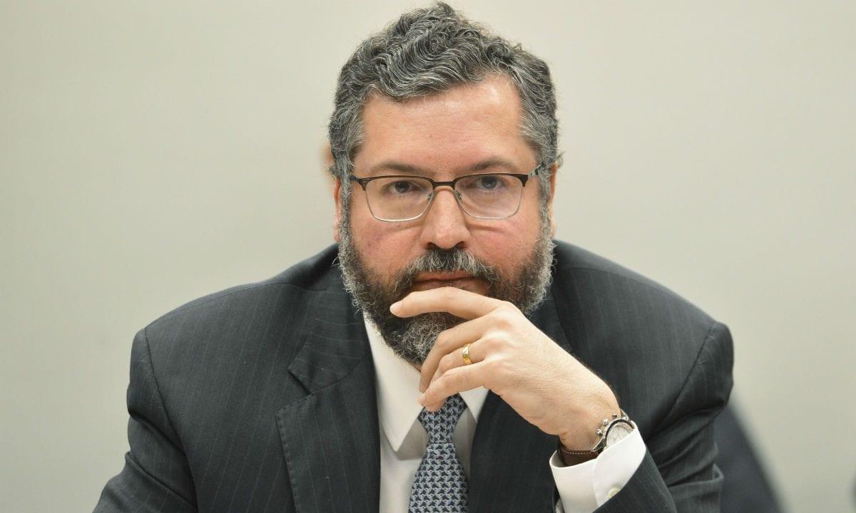Um governo que fere o Brasil ao suprimir a verdade e negar a história