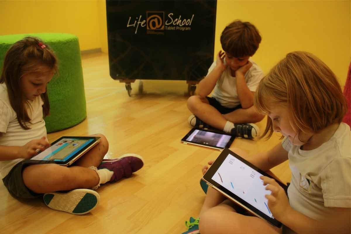 Crianças mexendo no tablet|Crianças interagem com tablet