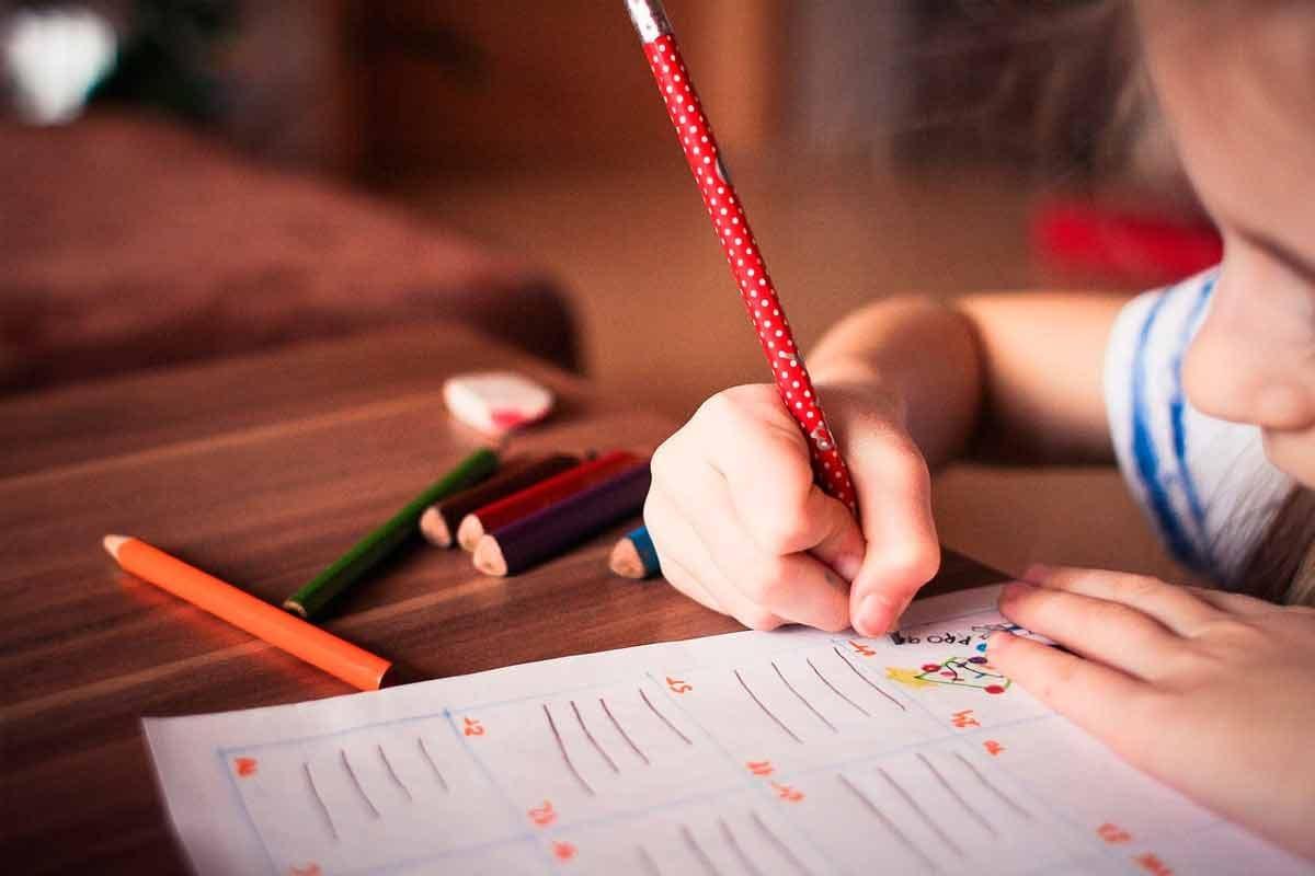 Menina escrevendo|ABC