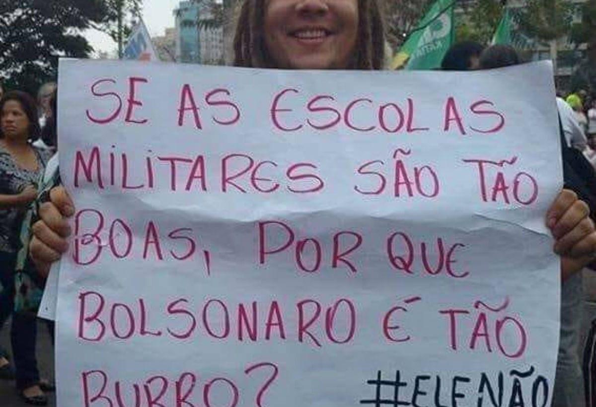 """""""Não vai ter corte, vai ter luta"""", gritam estudantes contra Bolsonaro"""