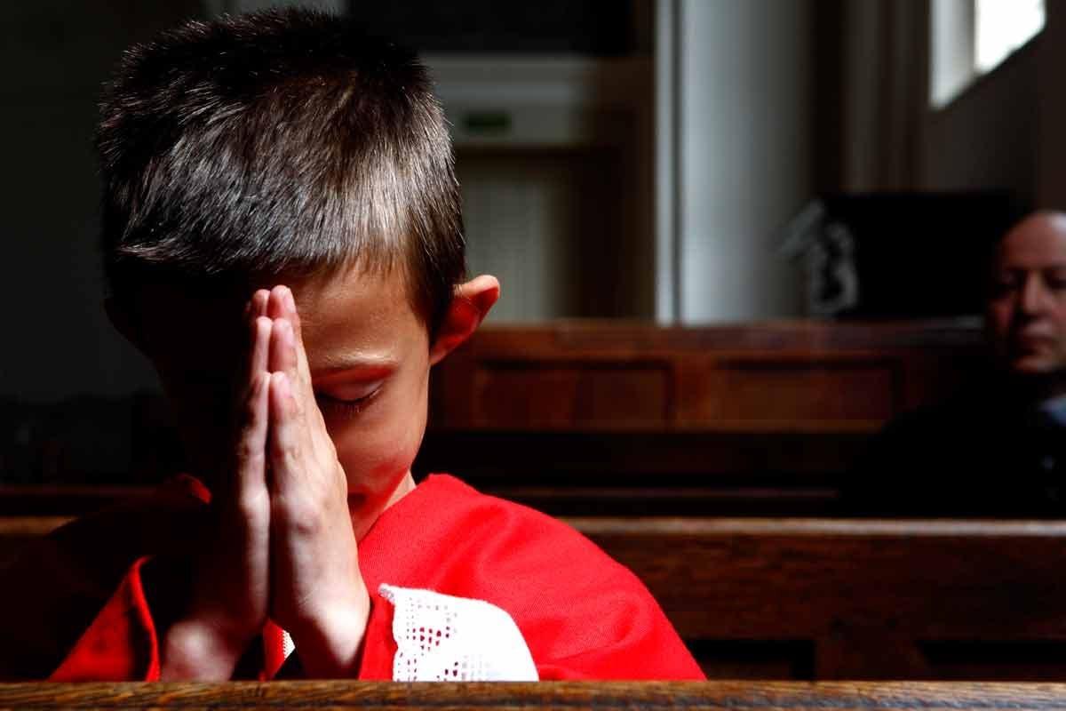 Criança rezando