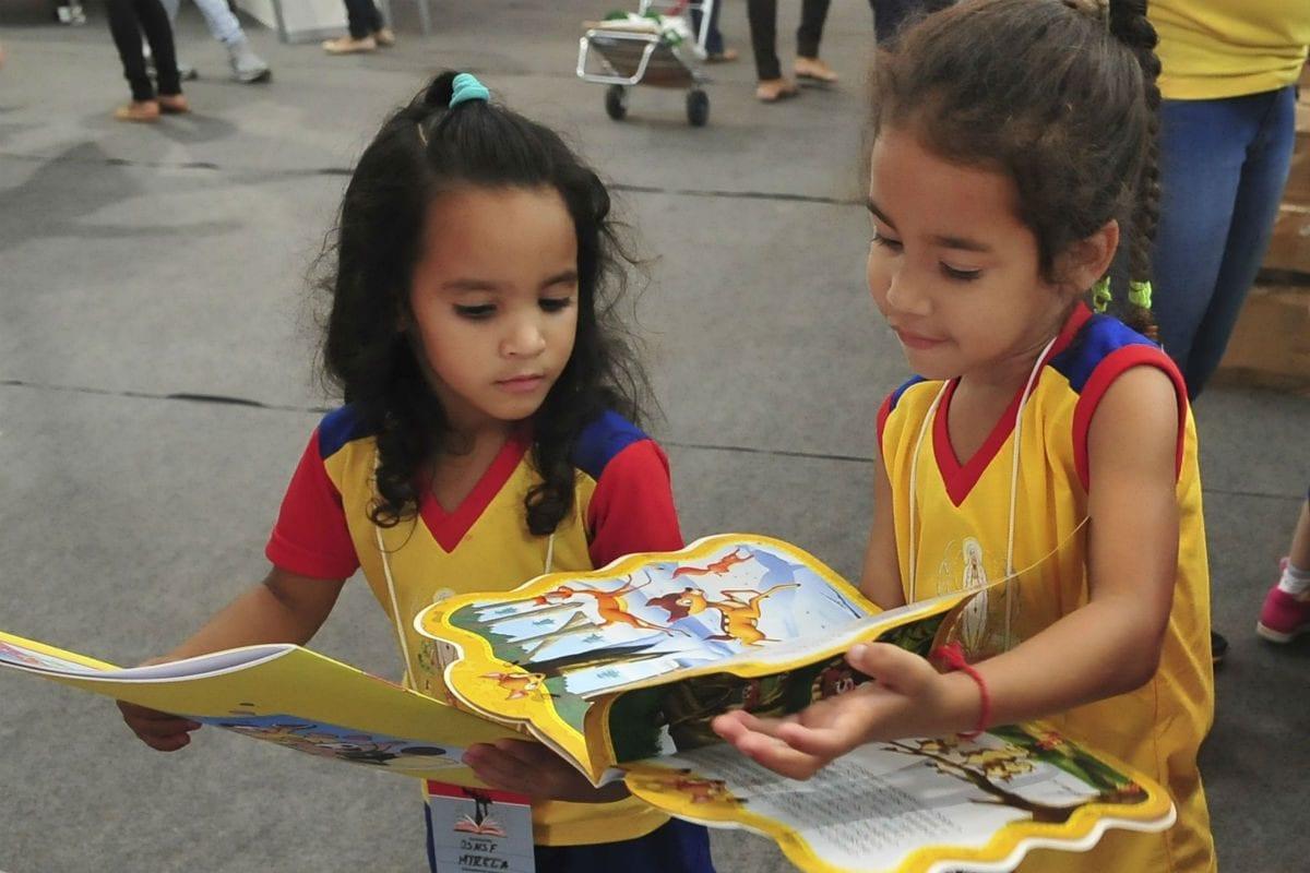 Crianças com livros|