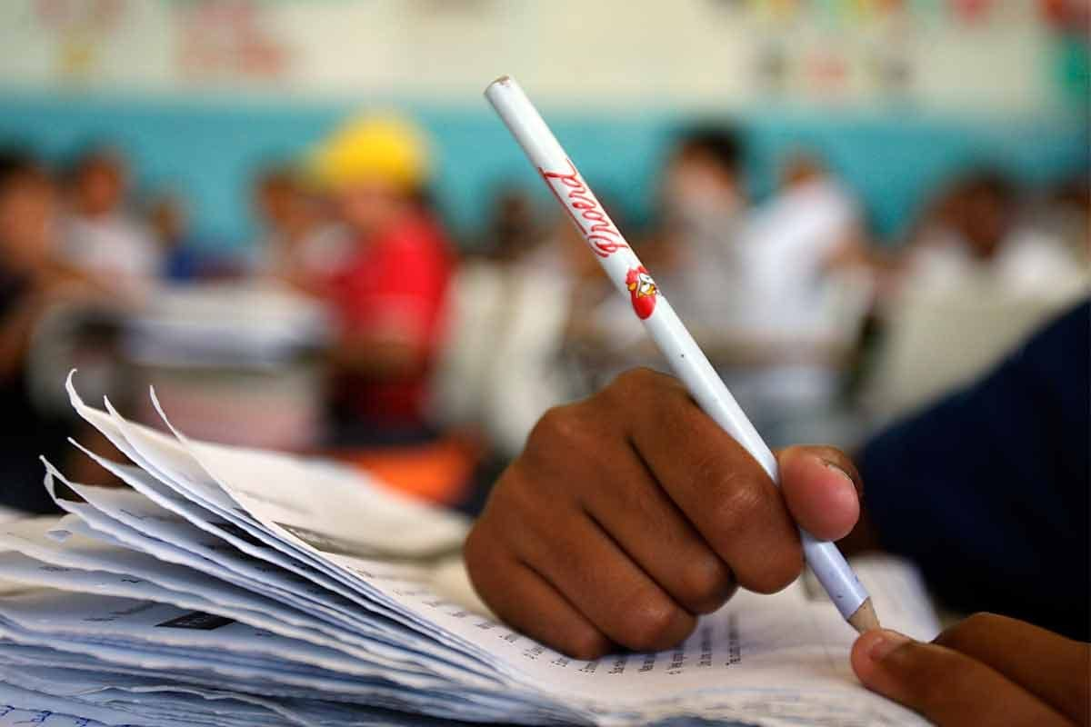 Aluno estudando|A adoção de políticas meritocráticas divide opiniões|Escola em Atlanta
