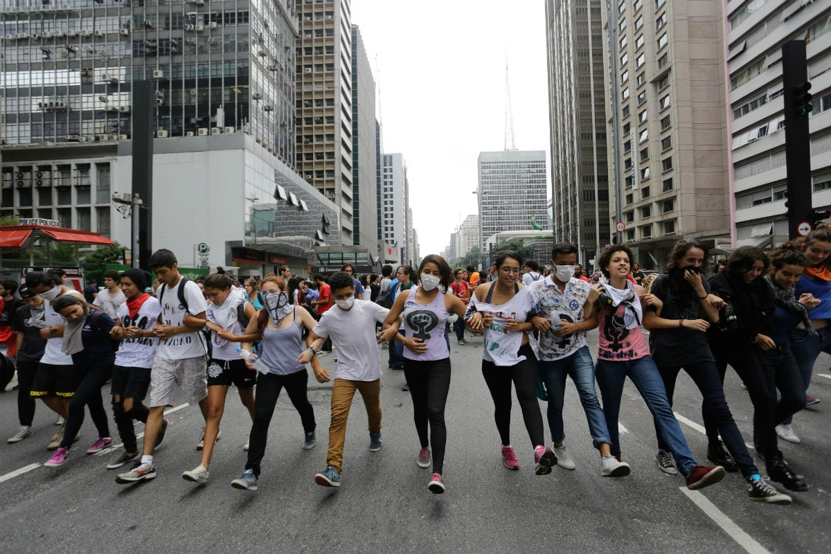 Estudantes protestam na avenida Paulista contra a reorganização da rede estadual de ensino promovida pelo governo Geraldo Alckmin