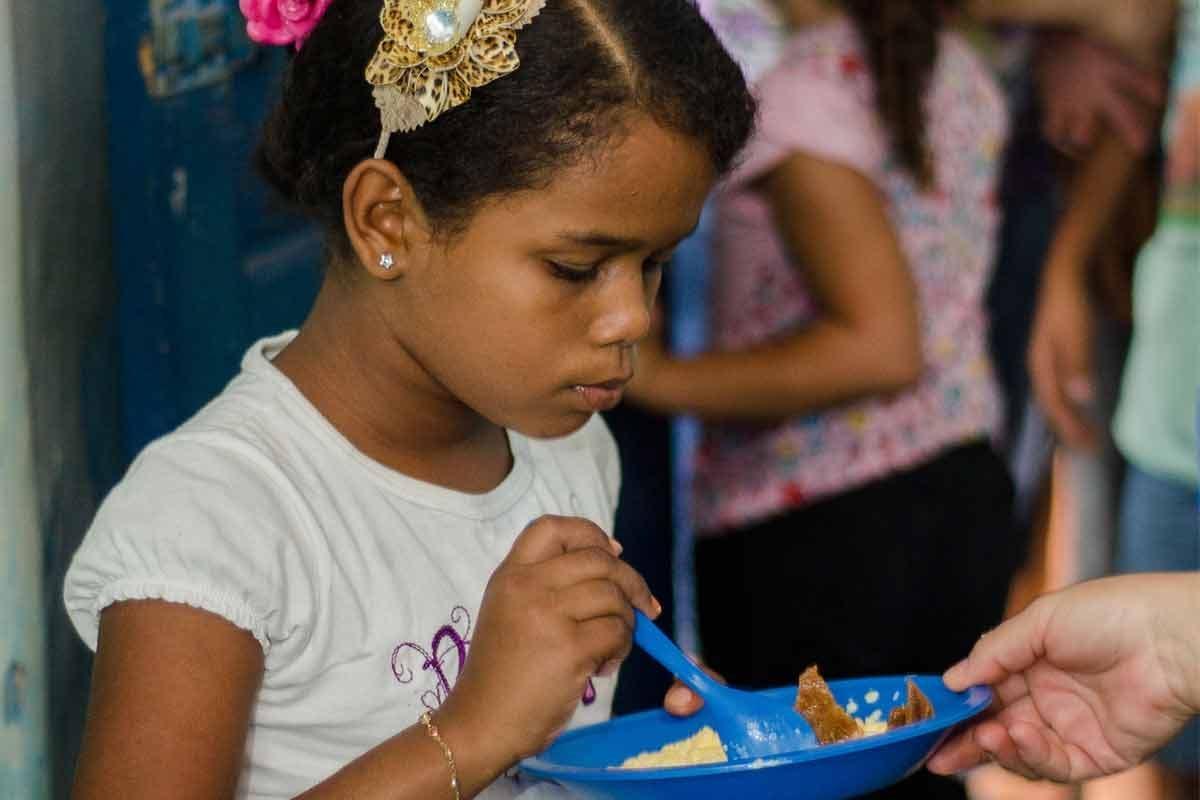 Criança comendo de pé|Apenas 32% têm o ambiente específico para refeições