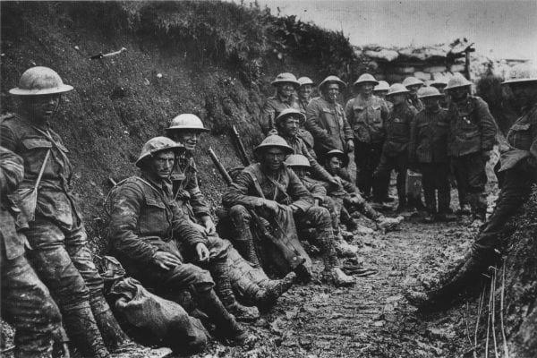 Foto mostra soldados em trincheira na Primeira Guerra