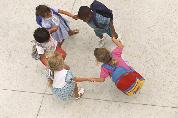 Crianças brincam de roda