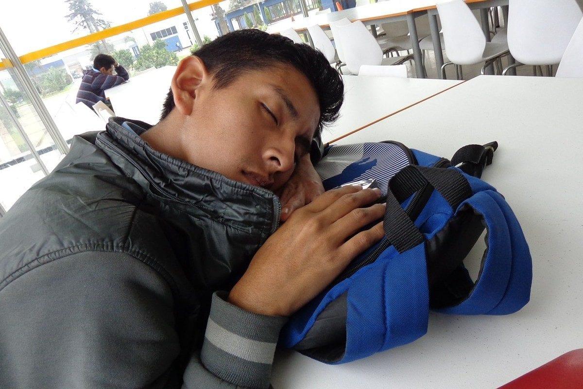 Adolescente dormindo na escola