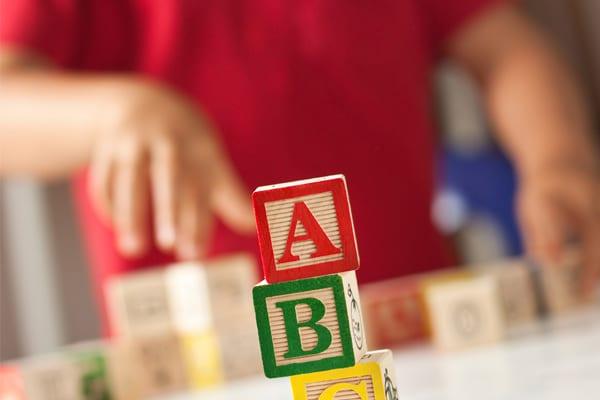 Criança joga para alfabetização
