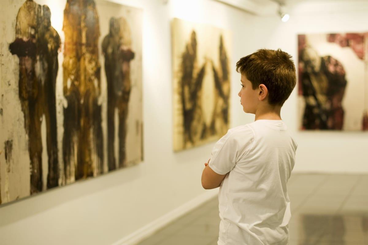 Criança no museu
