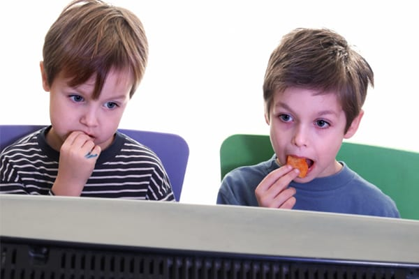 Crianças assistindo tv