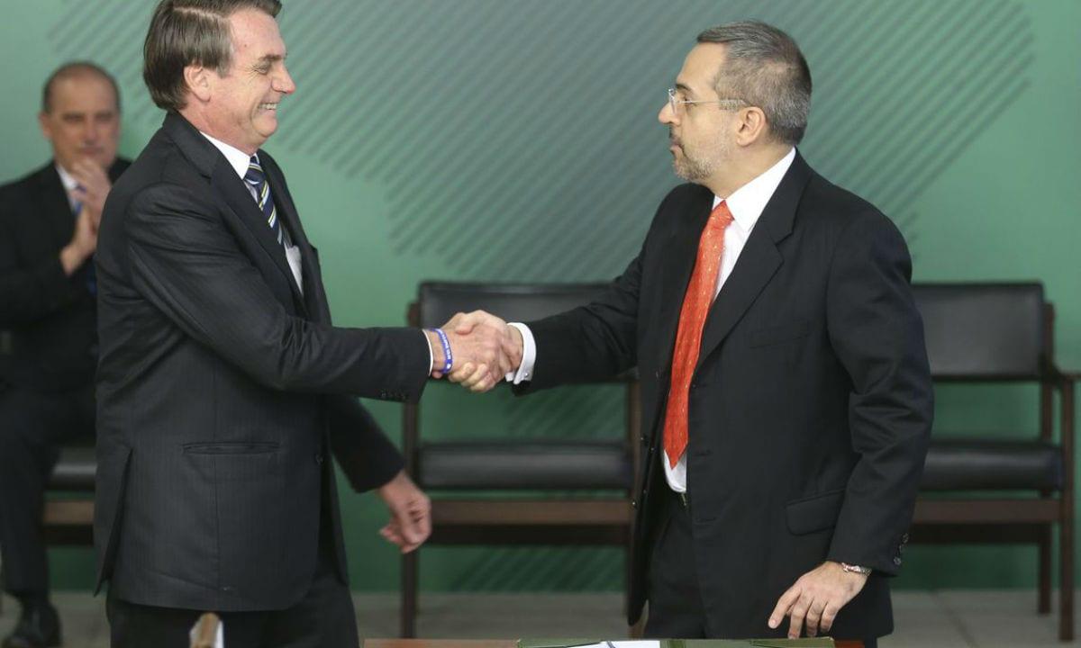 Bolsonaro afirma que concursos públicos selecionam pessoas de esquerda