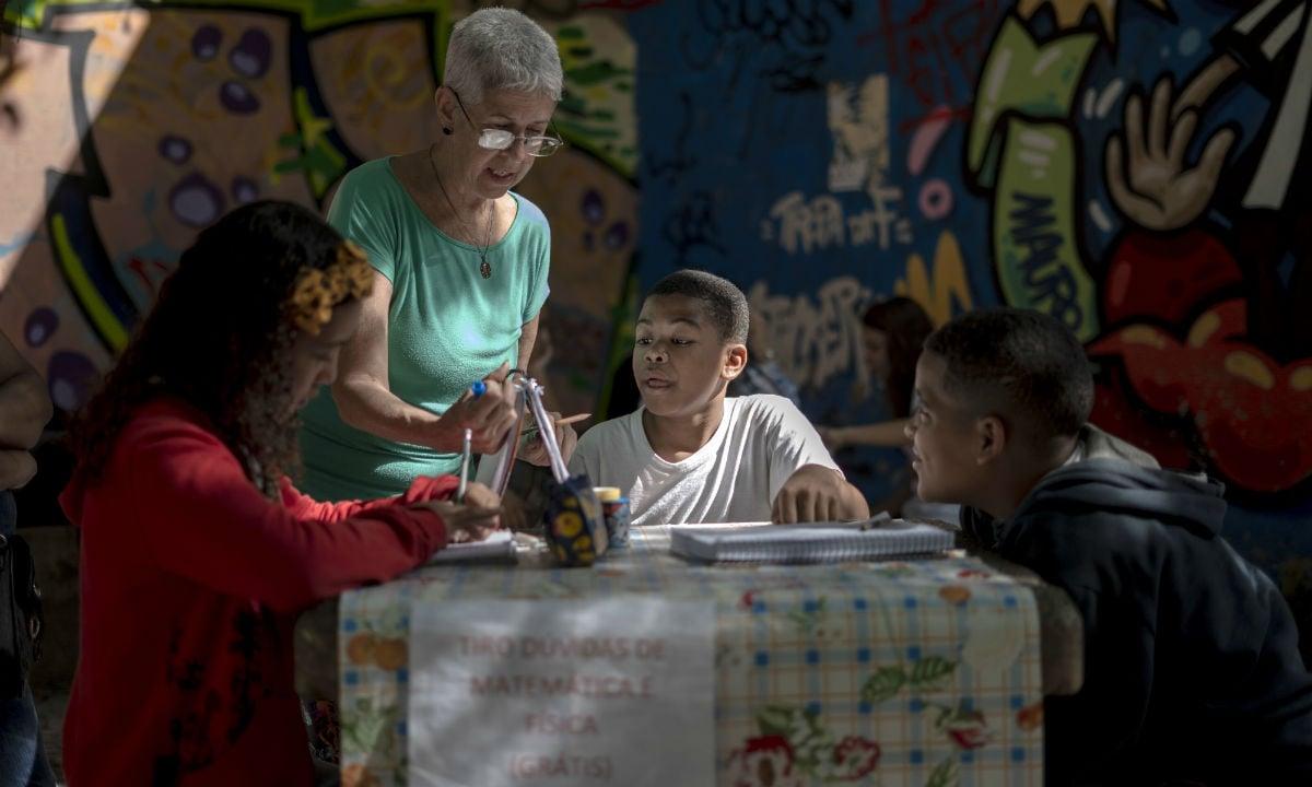 Professores dão aulas de graça em praças do Rio de Janeiro