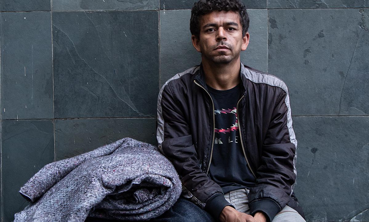 Sem poder pagar por um teto, José Maílson Pereira vive nas ruas e faz bicos como catador (Foto: Wanezza Soares)