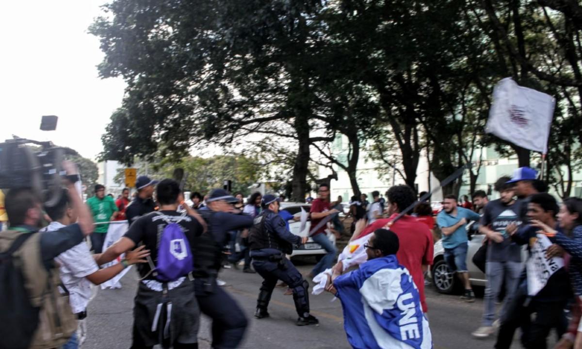 Ato estudantil em frente ao MEC tem 2 feridos após ação da PM