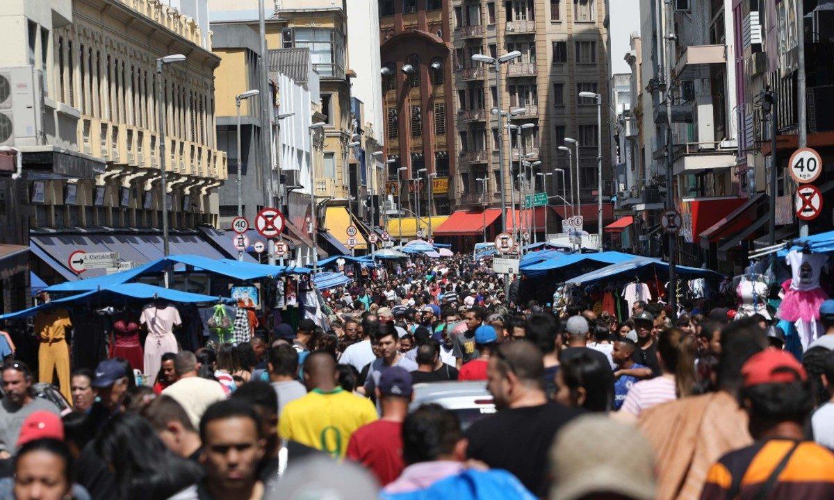 Disparidade: A tributação média do consumo no País é de 49,7%, contra 21% nos países avançados. Por causa das distorções, os pobres pagam a conta (Foto: Renato S. Cerqueira/ Futura Press/ Folhapress)