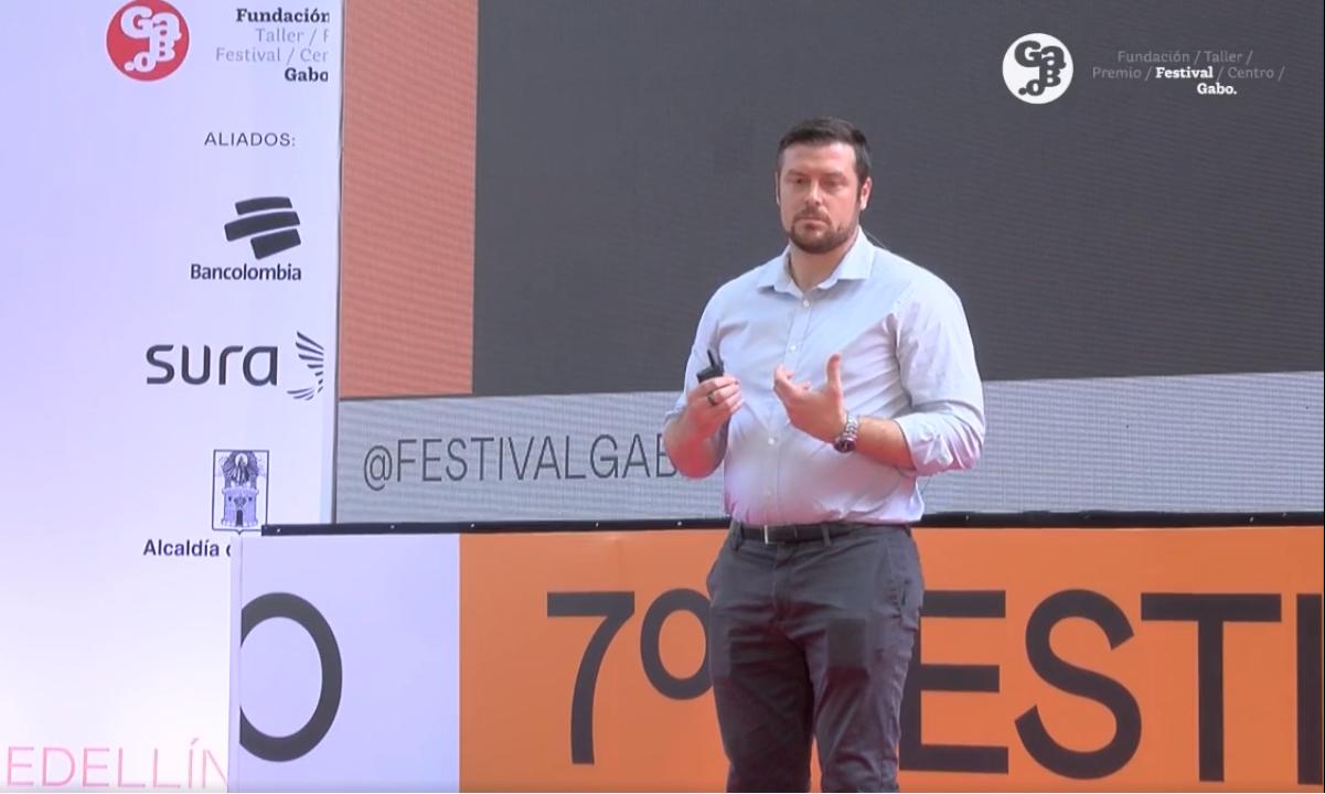 O executivo do WhatsApp, Ben Supple, em palestra no Festival Gabo, na Colômbia. (Foto: Reprodução/TV Globo)