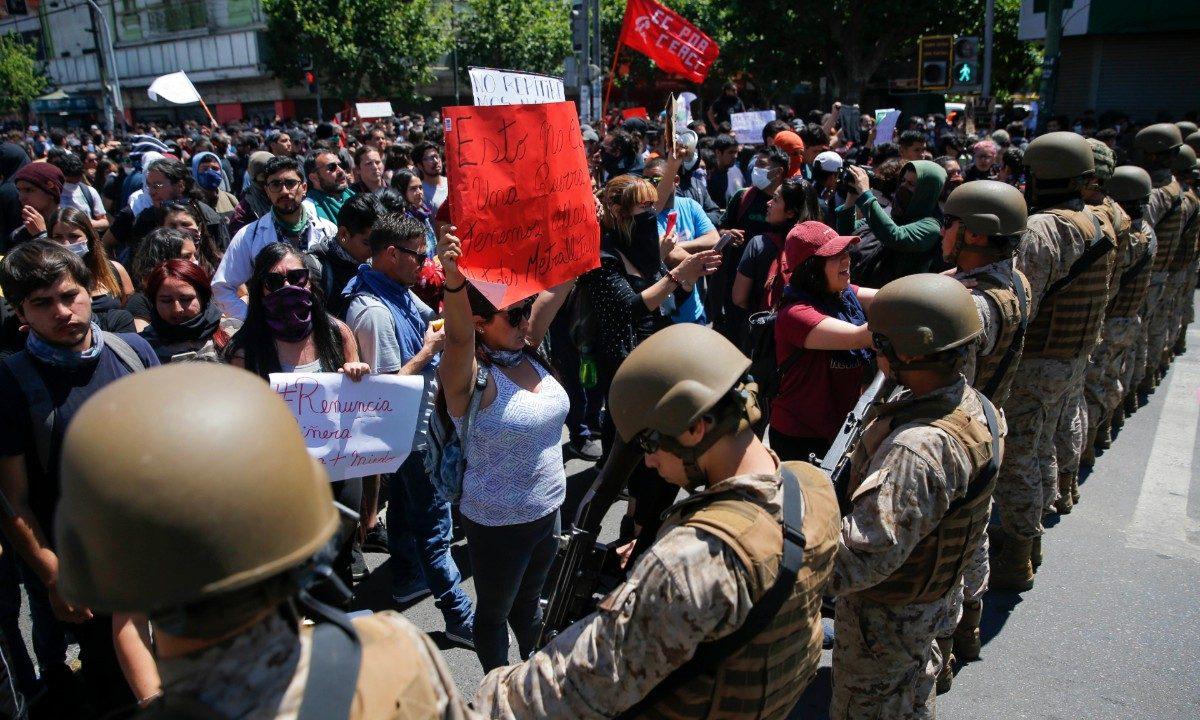 Manifestantes encaram polícia em frente ao Congresso do Chile (Foto: Javier Torres/AFP)