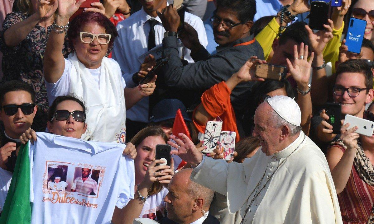 Papa Francisco abençoa fiéis sob olhar de brasileira com camiseta em alusão a Irmã Dulce - Foto: Alberto Pizzoli/AFP