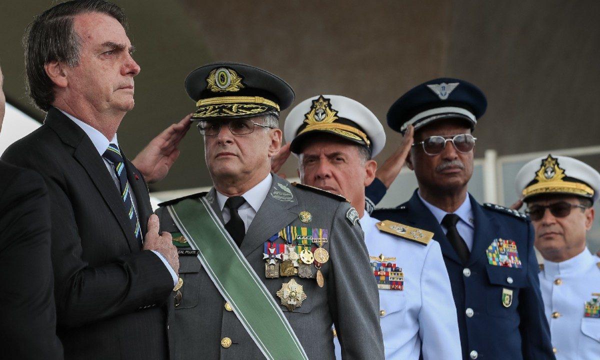 Bolsonaro e militares durante a Cerimônia Comemorativa do Dia do Exército. (Foto: Marcos Corrêa / PR)