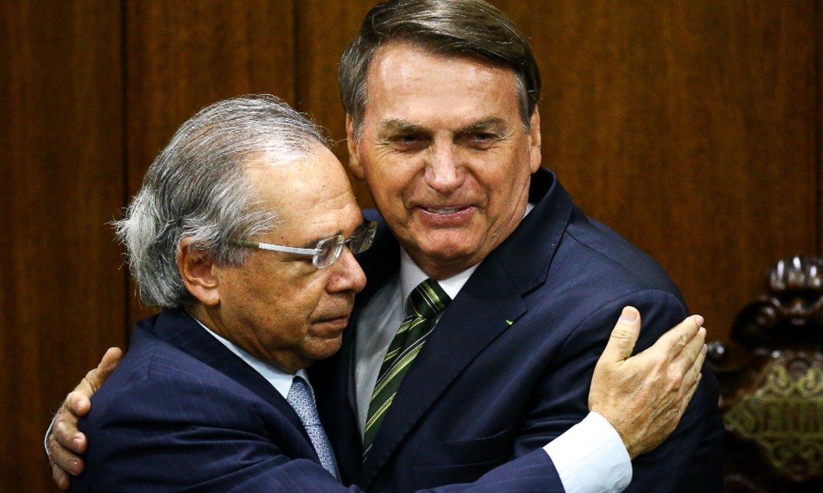 Paulo Guedes e Jair Bolsonaro se abraçam após entrega da PEC do Pacto Federativo no Senado (Foto: Marcelo Camargo / Agência Brasil)