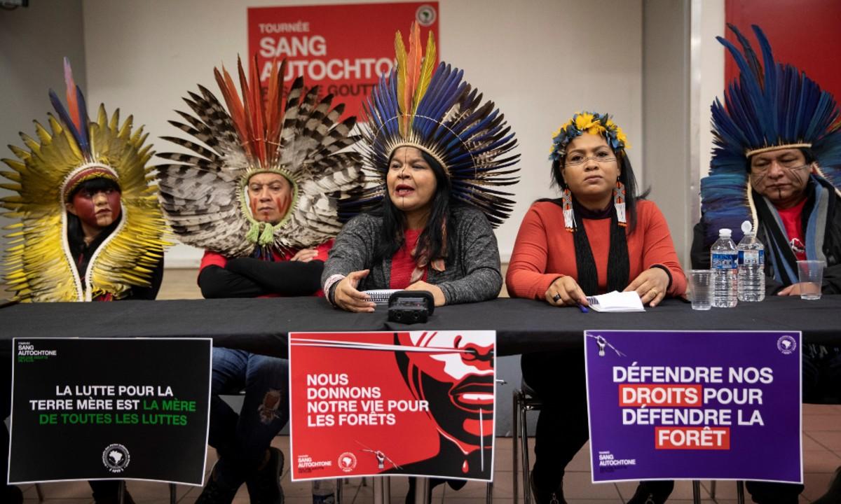 A coordenadora-executiva da APIB, Sonia Guajajara (ao centro), que representa 305 etnias no Brasil (Foto: Thomas SAMSON / AFP)