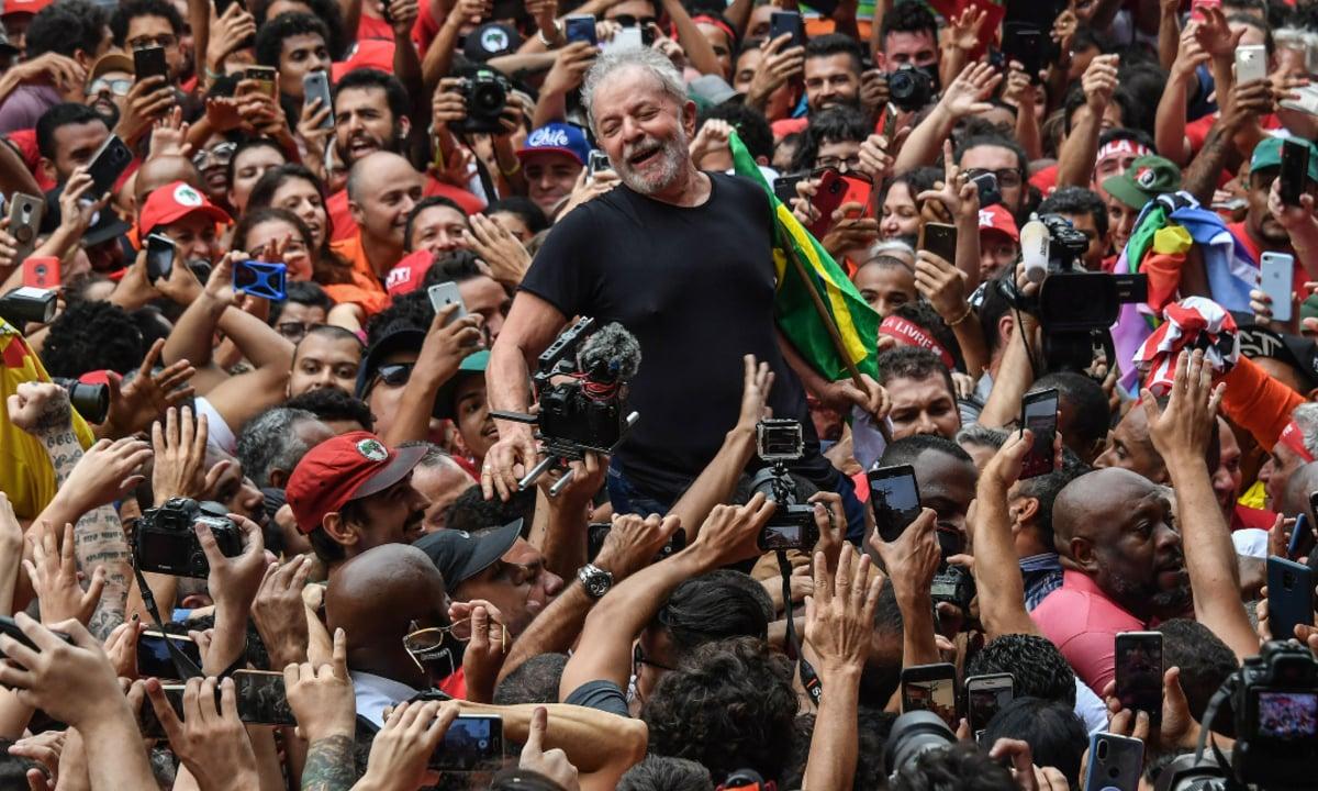 Lula é carregado pelo povo em frente ao Sindicato dos Metalúrgicos do ABC  Foto: Nelson ALMEIDA / AFP