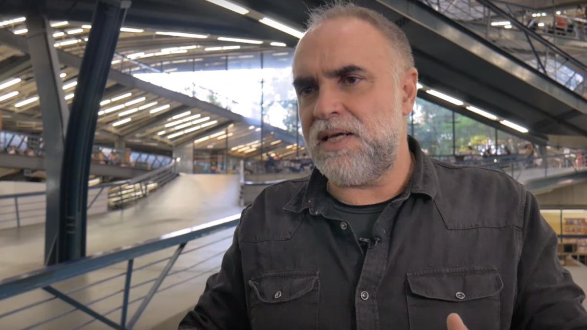 Diretor Karim Aïnouz em entrevista à CartaCapital (Foto: Reprodução/Ravi Santana - CartaCapital)