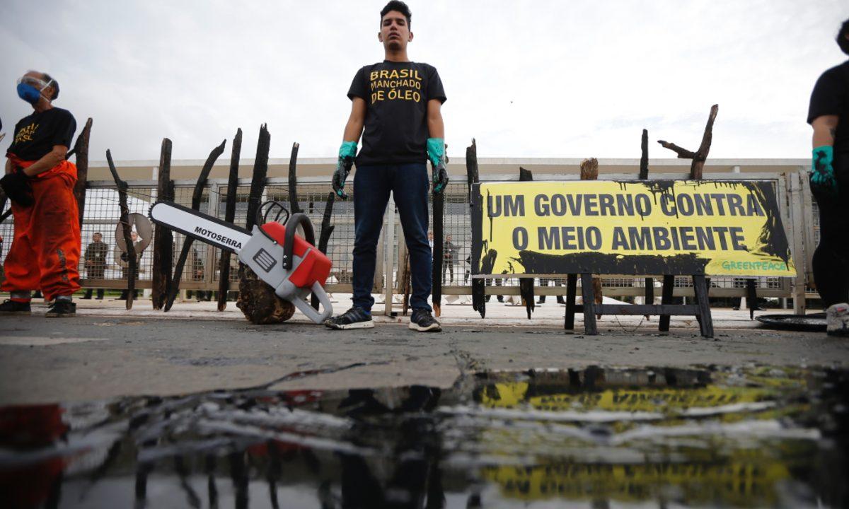 Militantes da ONG ambiental Greenpeace protestam pelo combate ao óleo vazado no Nordeste em frente ao Palácio do Planalto, em Brasília (Foto: Adriano Machado/Greenpeace)