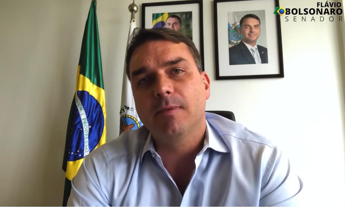 O senador Flávio Bolsonaro, em vídeo na web. Foto: Reprodução/YouTube