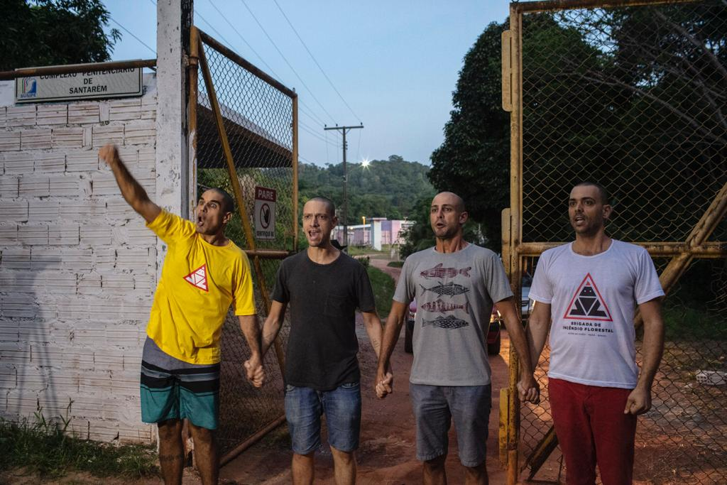 Os quatro brigadistas João, Daniel, Marcelo e Gustavo deixam a Penitenciária Agrícola Silvio Hall de Moura, em Santarém. (Foto Marizilda Cruppe/Colabora)