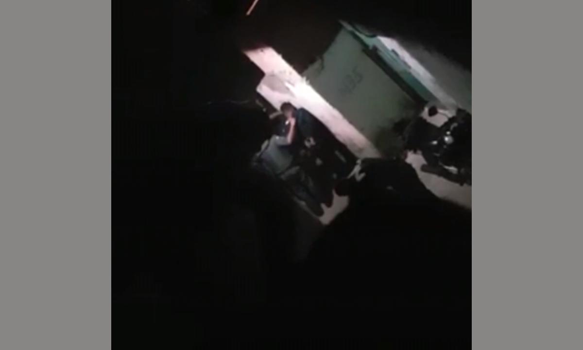 Polícia bate em jovens em um beco na favela de Paraisópolis (Foto: Reprodução)