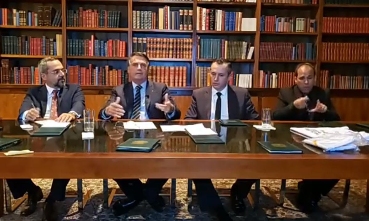 O presidente Jair Bolsonaro, ao lado do ministro Abraham Weintraub e do secretário Roberto Alvim. Foto: Reprodução/Facebook