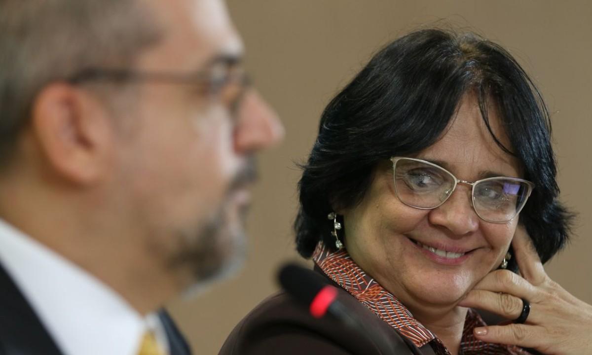 Ministério de Damares elabora política pública baseada em abstinência sexual