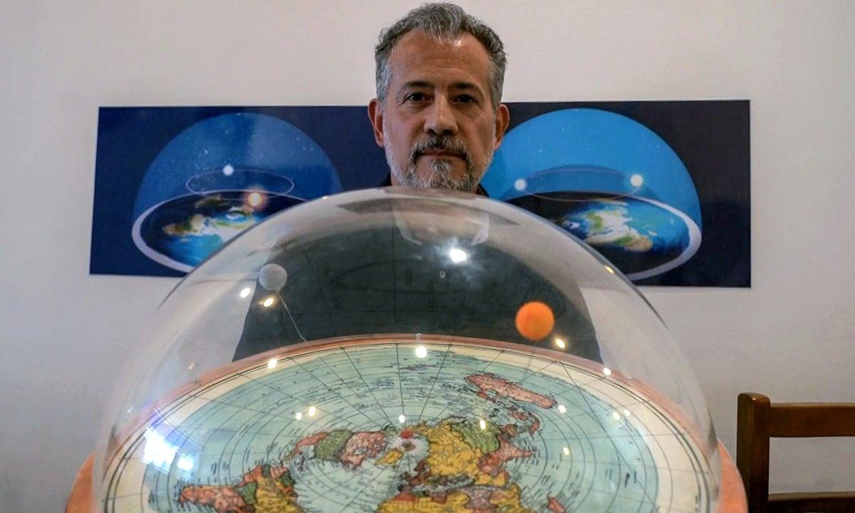 Anderson Neves, um dos brasileiros que acreditam que a Terra é plana (Foto: Florence GOISNARD / AFP)