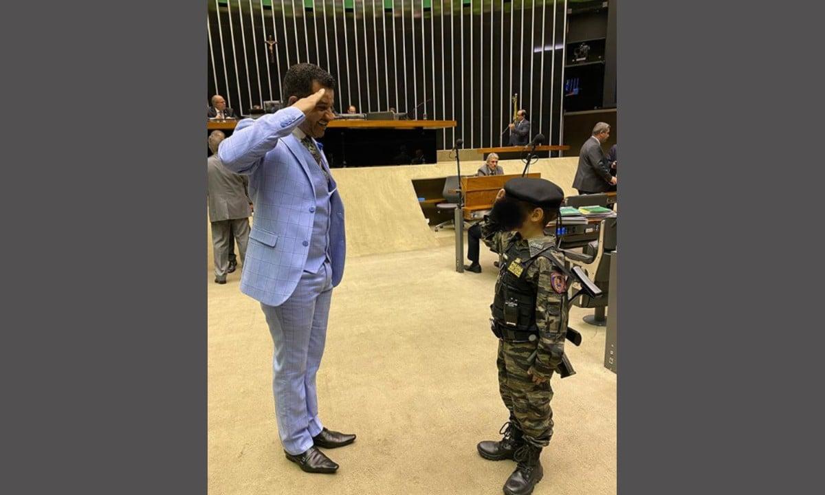 Criança entra fardada e com réplica de arma na Câmara dos Deputados