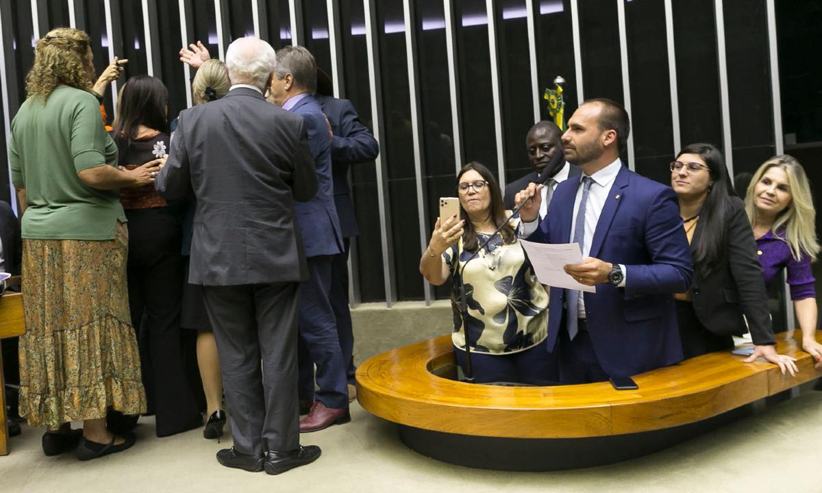 """Eduardo Bolsonaro defende o pai e manda deputadas """"rasparem o sovaco"""""""