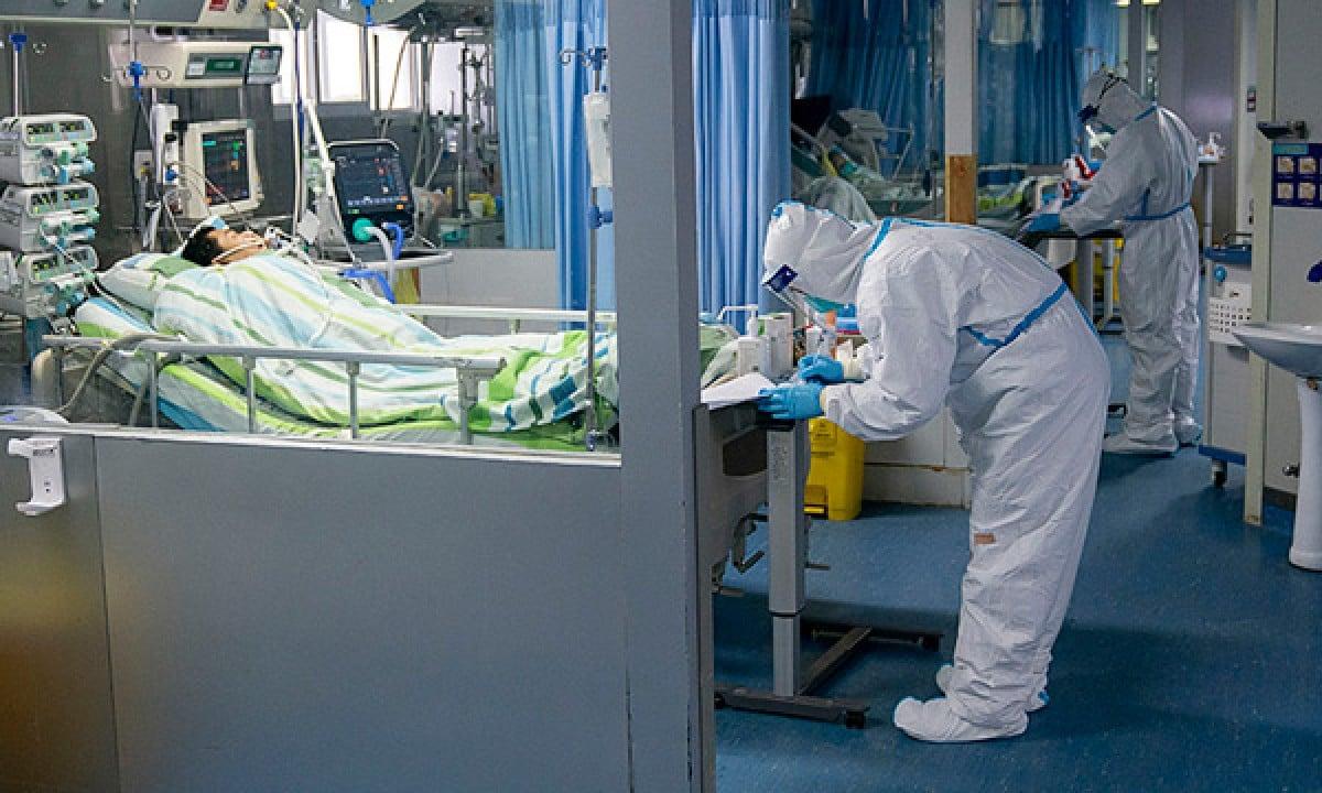 Médico monitora paciente na UTI do Hospital Zhongnan, da Universidade de Wuhan, província de Hubei (Foto: Governo da China / Fotos Públicas)