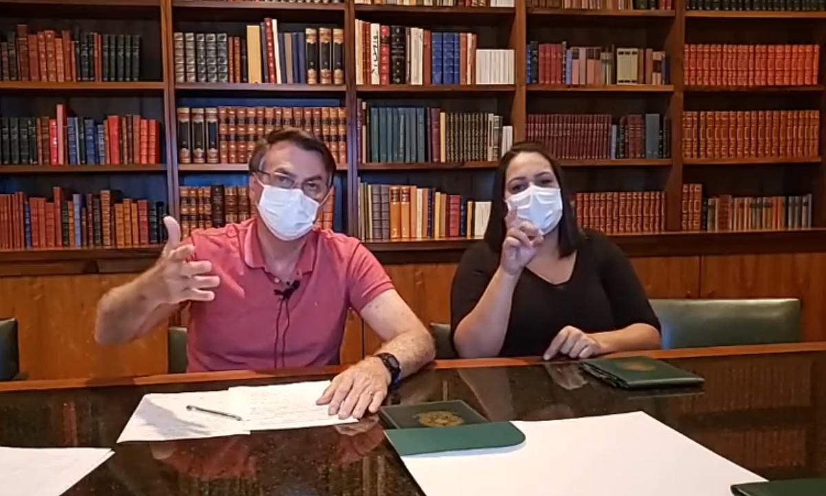 O presidente Jair Bolsonaro apareceu de máscara novamente em uma transmissão ao vivo. Foto: Reprodução/Facebook