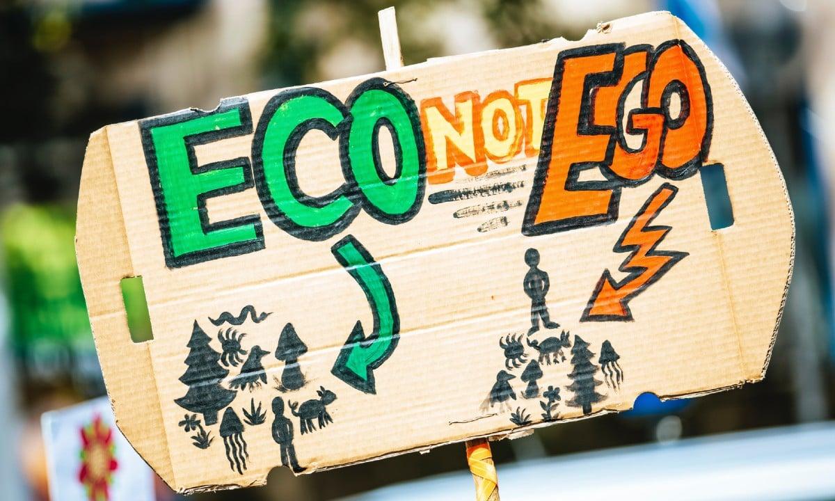 Cartaz em manifestação pede mais atenção à ecologia e menos ego - (Foto: Markus Spiske/Pexels)