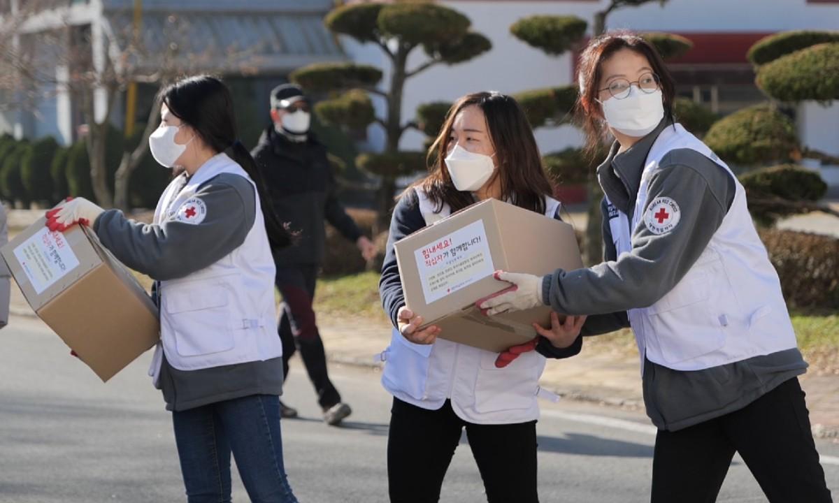 Voluntários da Cruz Vermelha atuam