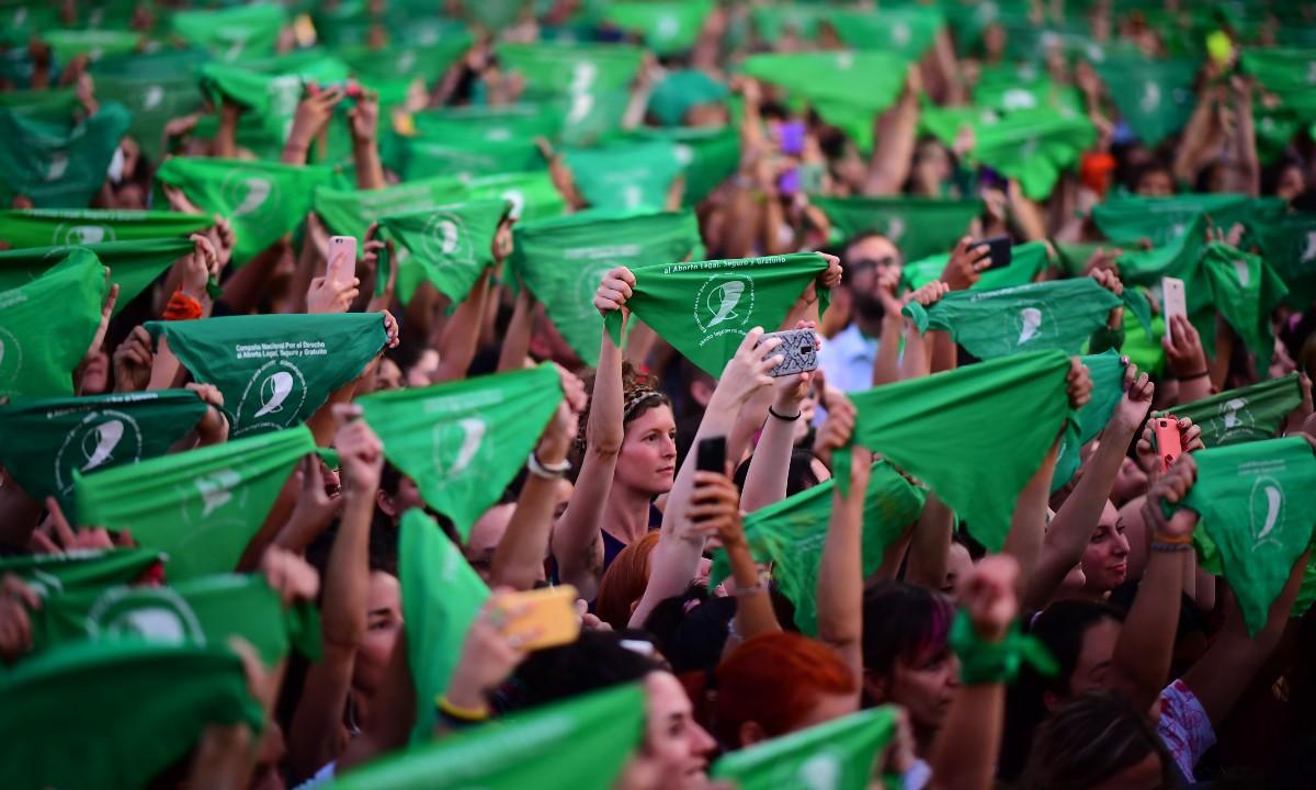 Manifestantes pró-aborto na Argentina usam o emblemático lenço verde (Foto: RONALDO SCHEMIDT / AFP)