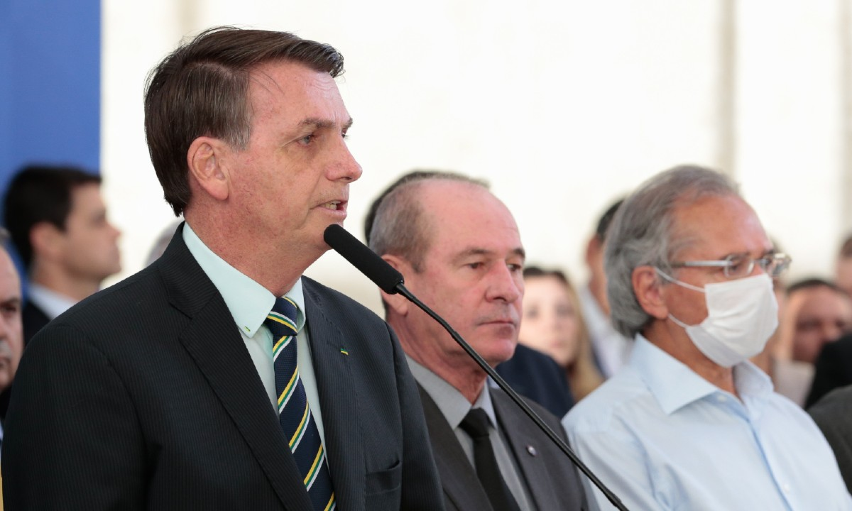 O presidente Jair Bolsonaro acompanhado dos ministros da Defesa e da Economia (Foto: Carolina Antunes/PR)