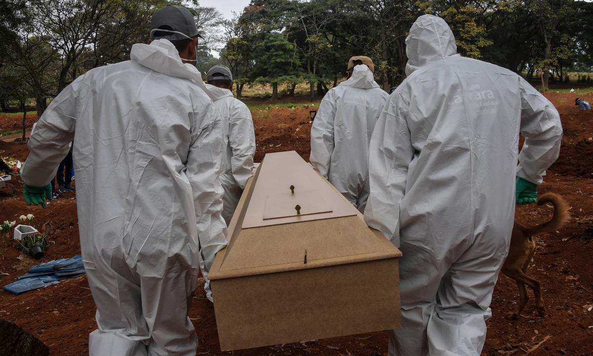 No cemitério Vila Formosa, em São Paulo, dobrou o número de enterros. Foto: Nelson Almeida/AFP